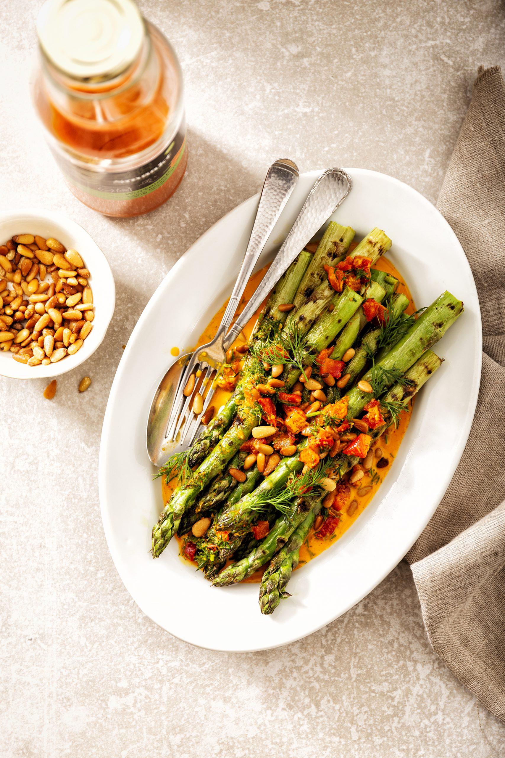 Gegrilde groene asperges met wortel-knoflookjus